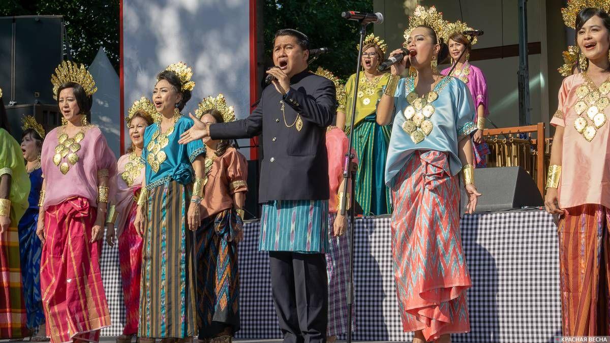 Индонезийские артисты поют
