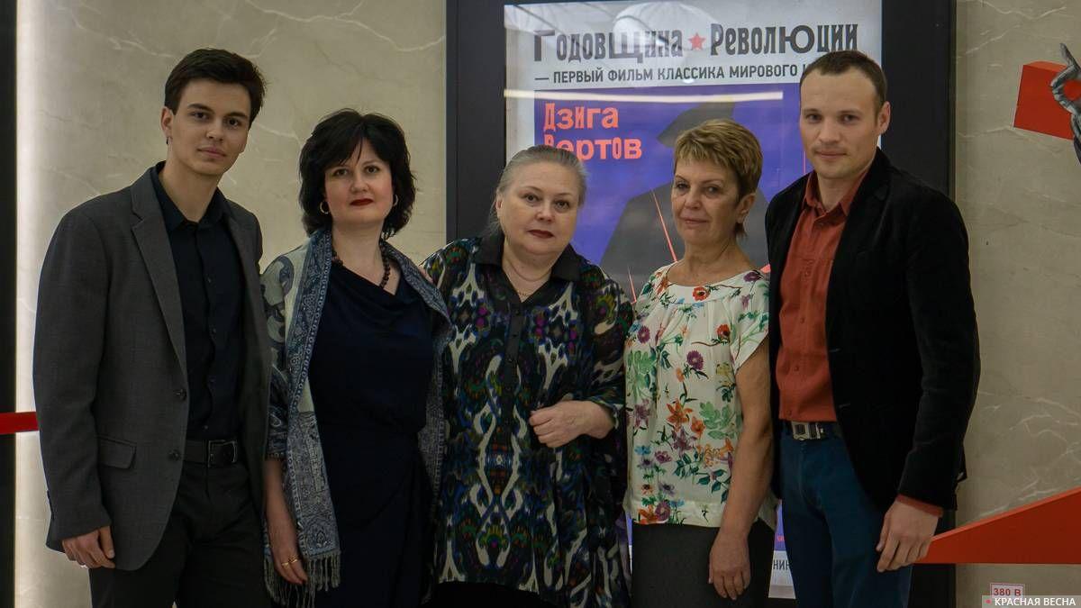 Члены семьи В. И. Чапаева: Григорий, Алла, Татьяна, Марина Чапаевы с корреспондентом ИА Красная Весна