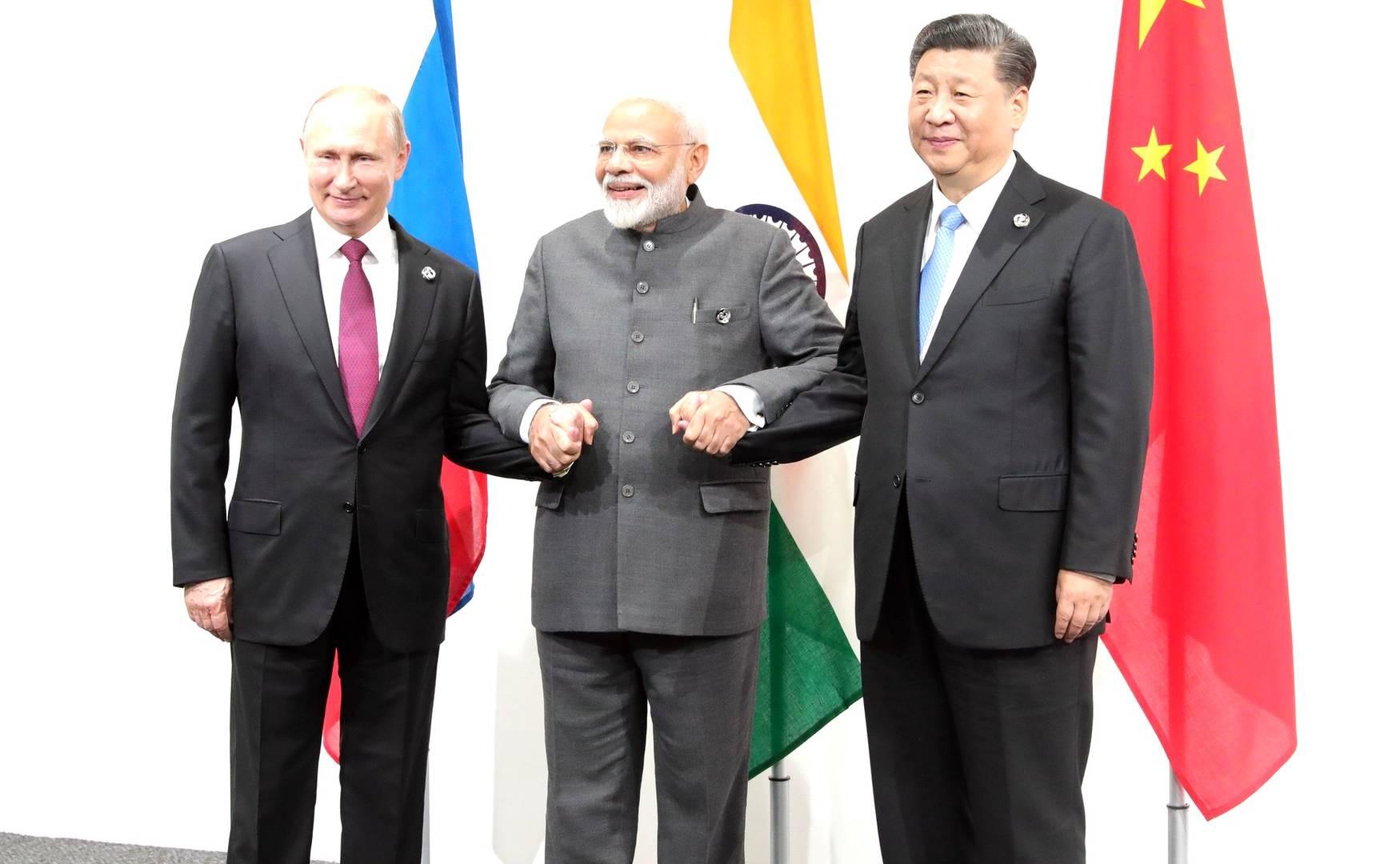 Владимир Путин с премьер-министром Индии Нарендрой Моди и Председателем КНР Си Цзиньпином перед началом встречи в формате Россия – Индия – Китай