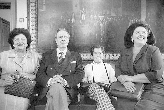Великий князь Владимир Кириллович (второй слева) с супругой Леонидой Георгиевной (слева), дочерью Марией Владимировной и внуком Георгием