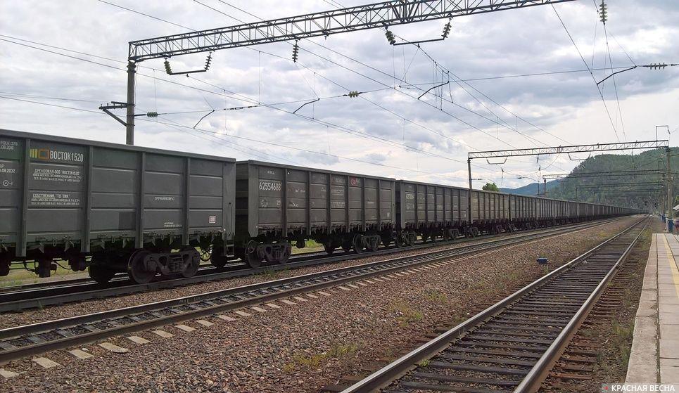 Товарный поезд  на дальней станции.