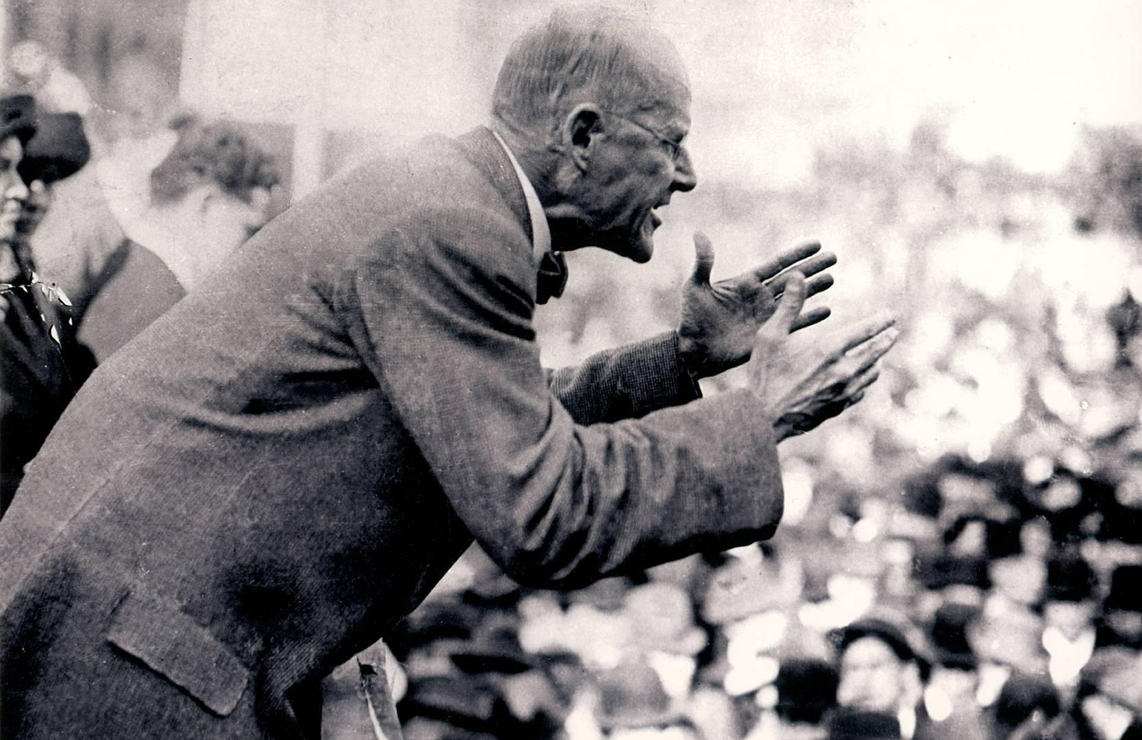 Юджин Дебс выступает на митинге. 1900-е