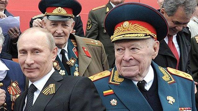 Генерал Бобков рядом с президентом Путиным на праздновании Победы 9-го мая.