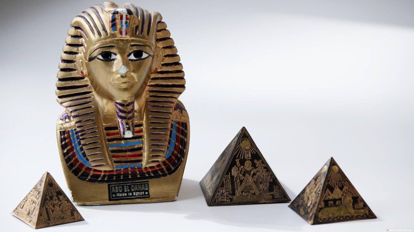 Фигурка фараона и египетские пирамиды