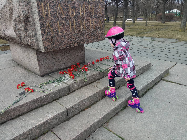 Возложение цветов в бывшем парке Ленина в Санкт-Петербурге