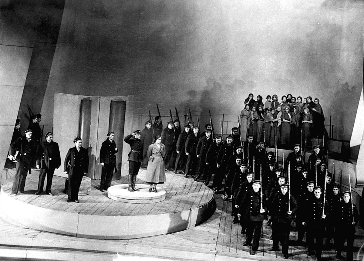 Сцена из спектакля «Оптимистическая трагедия». 1933