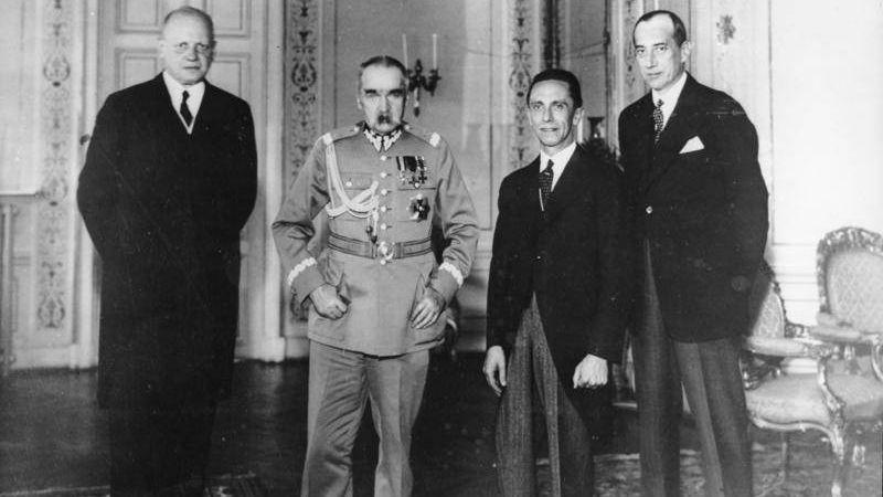 Германский посол Ганс-Адольф фон Мольтке, военный министр Польши Юзеф Пилсудский, германский министр пропаганды Йозеф Геббельс и министр иностранных дел Польши Юзеф Бек на встрече в Варшаве 15 июня 1934 г., через 5 месяцев после подписания Договора о ненападении между Германией и Польшей