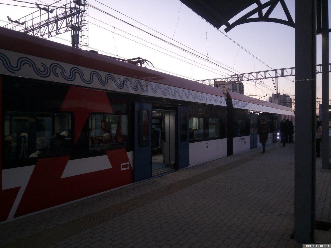 Посадка пассажиров на поезд МЦД