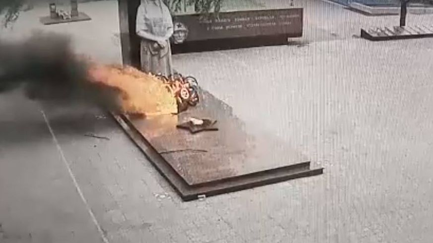 Неизвестные подожгли венки на мемориале в Серове