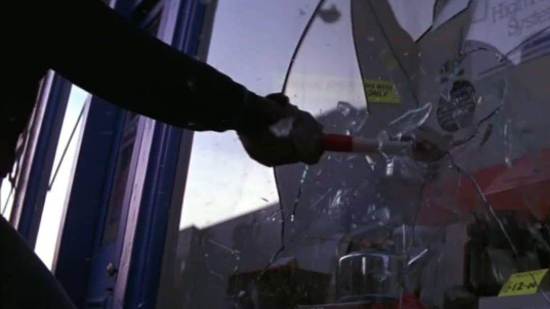Молотком по витрине