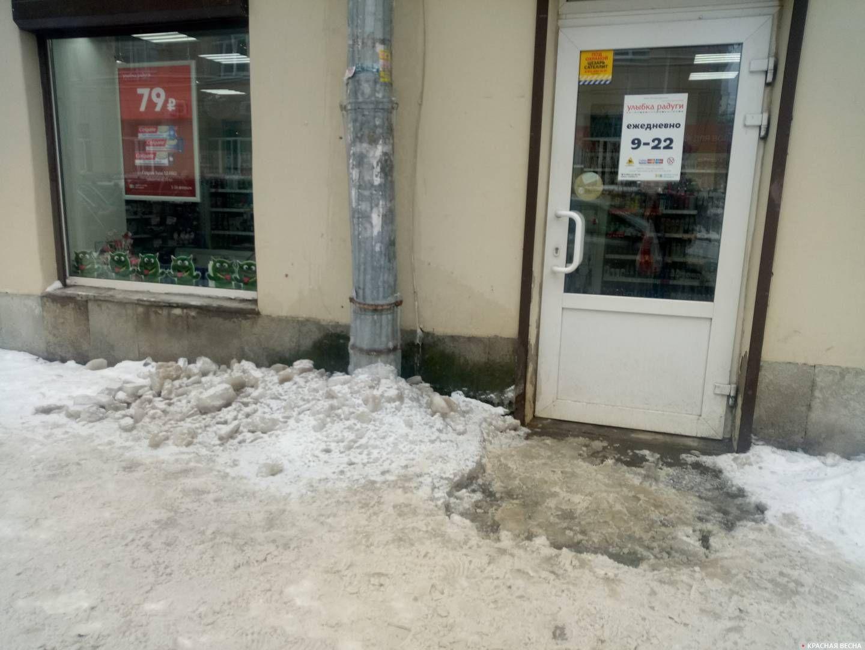 Санкт-Петербург, Малая Посадская улица. Наледь у водосточной трубы закрывает слив