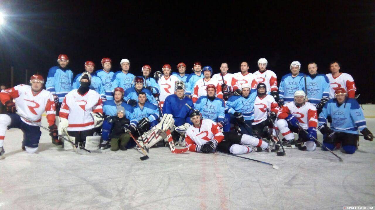 Общее фото хоккейной команды Авиагородка и команды авиакомпании «Россия»