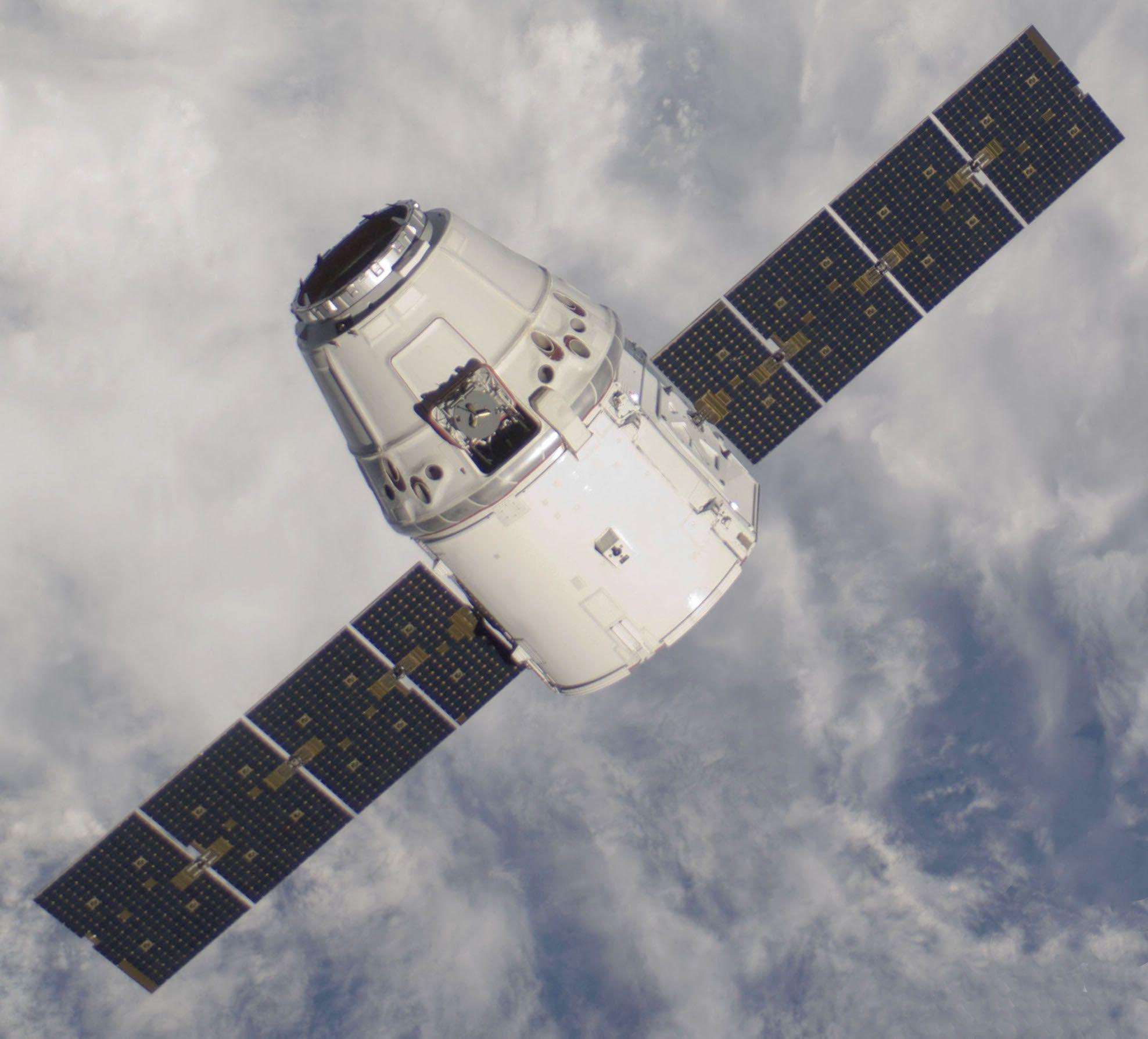 Космический грузовой автомобиль Dragon удачно прибыл наМКС