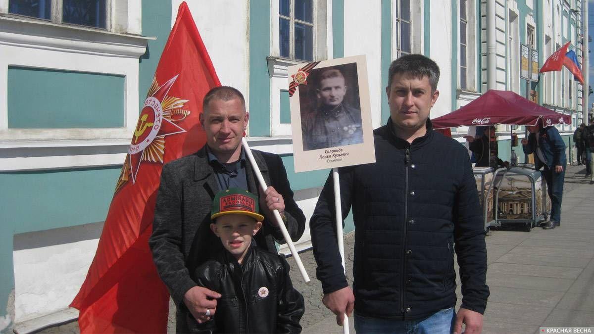 Санкт-Петербург, Университетская набережная. Люди с самого утра выходят на улицы с портретами воевавших родственников.