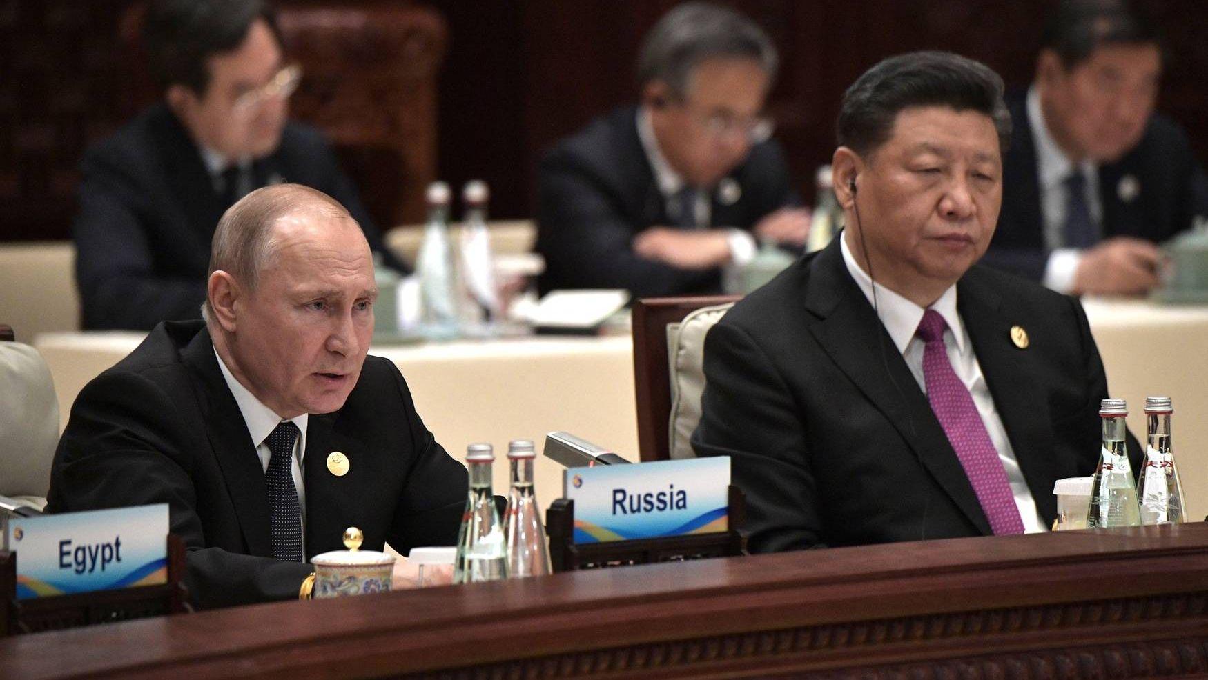 Владимир Путин с Председателем КНР Си Цзиньпином на заседании круглого стола Международного форума «Один пояс, один путь»