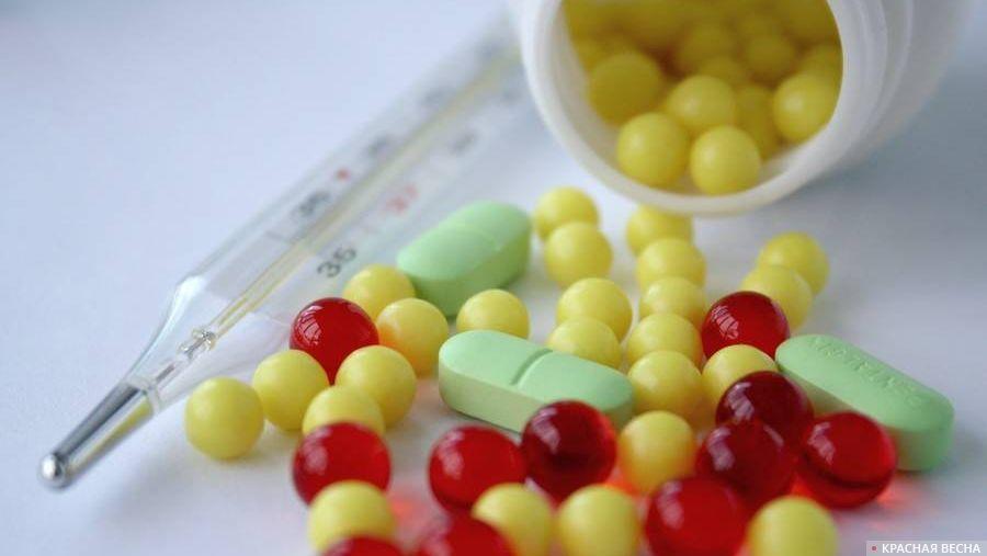 Рассыпанные таблетки и термометр