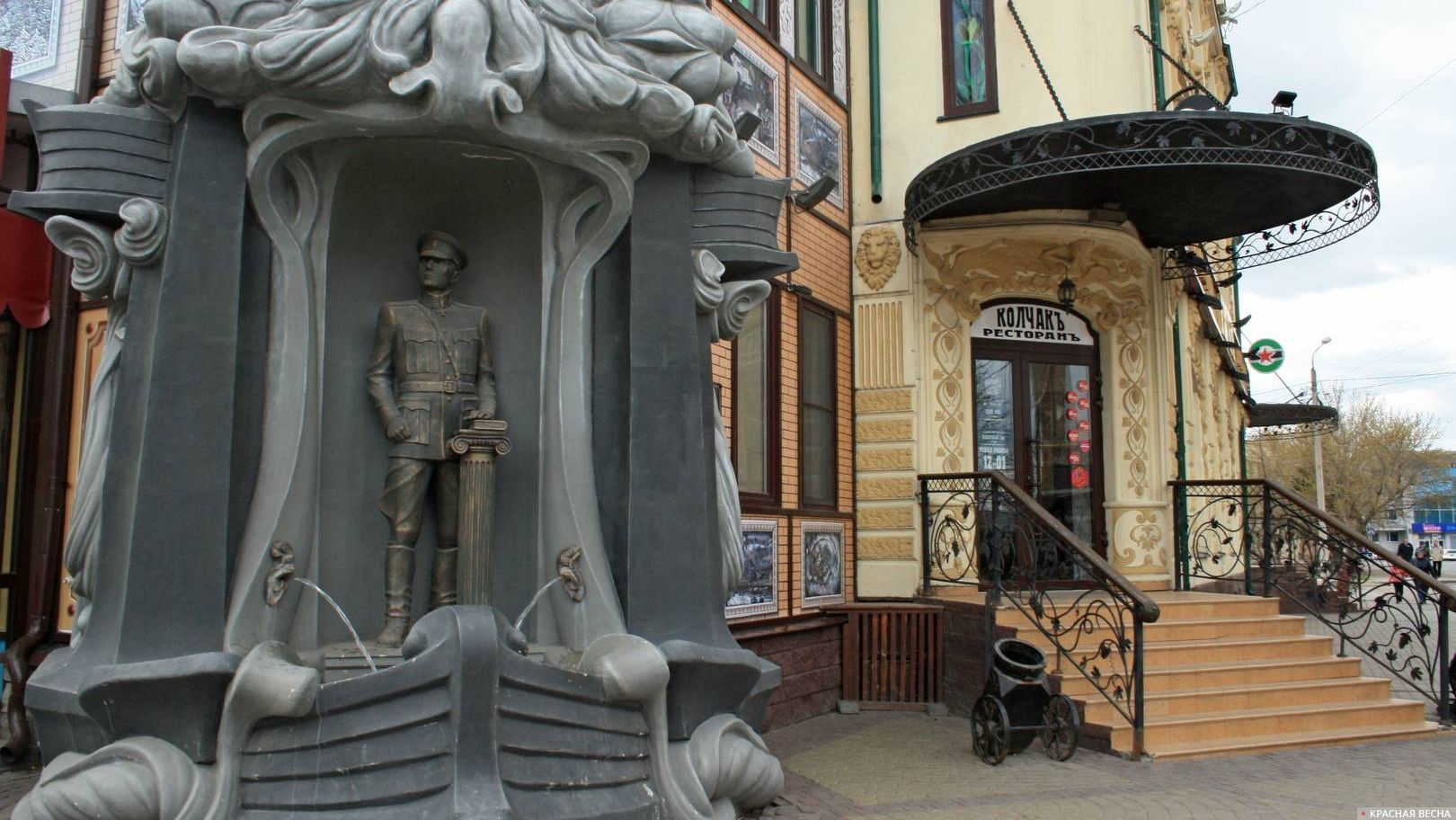 Статуя А.В. Колчака у ресторана «Колчак». Омск