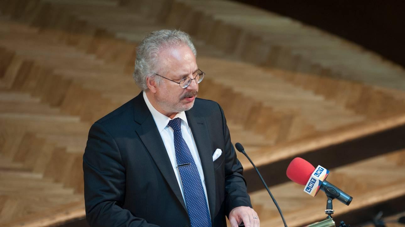 Вакцинированный президент Латвии заболел COVID-19