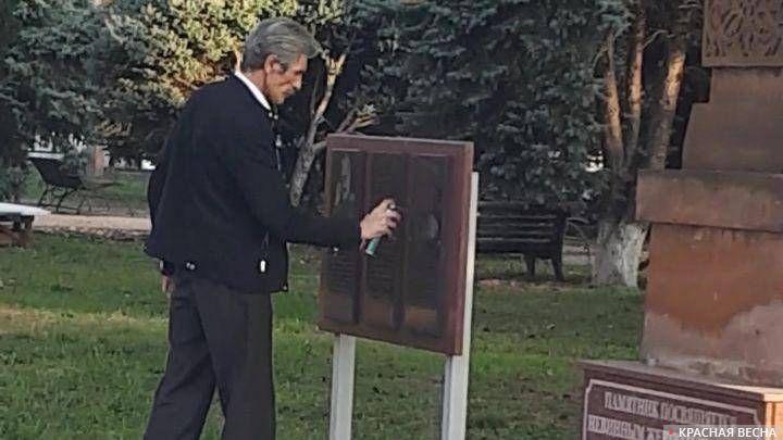 Депутат армавирской городской думы Алексей Виноградов закрашивает мемориальную доску Гарегину Нжде
