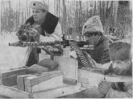 Брянский лес. Партизаны ведут огонь по гитлеровцам из трофейного пулемета