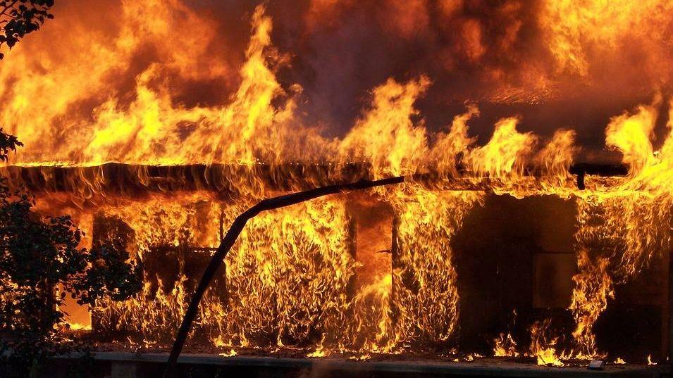 Охваченные огнем постройки