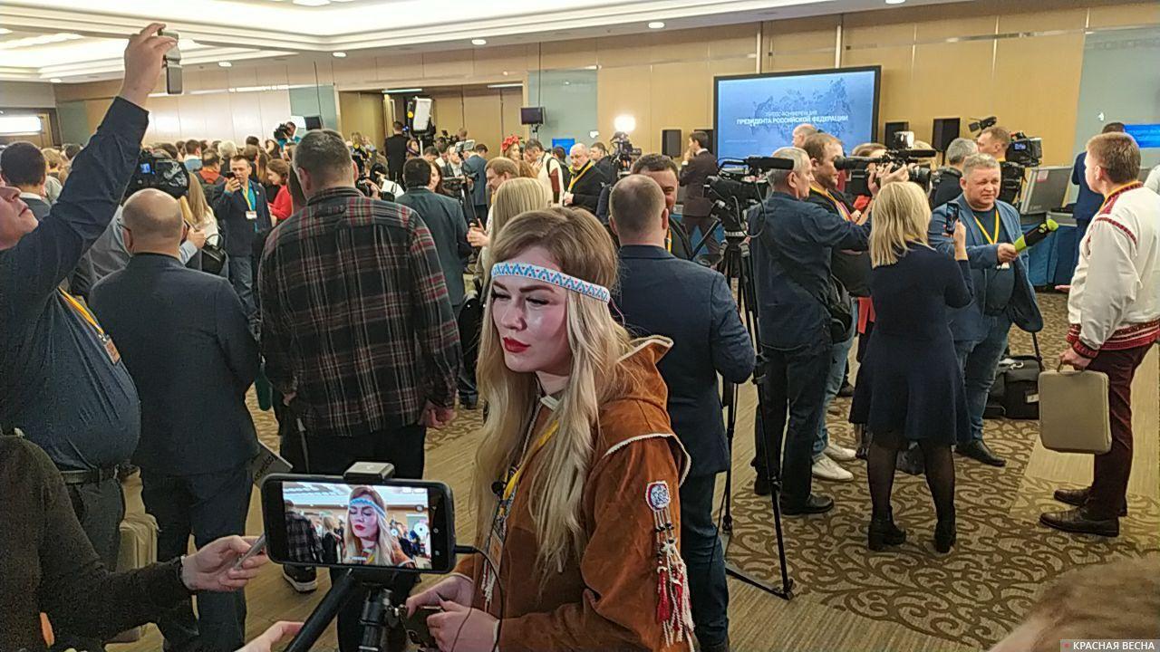 Журналистка в народном костюме
