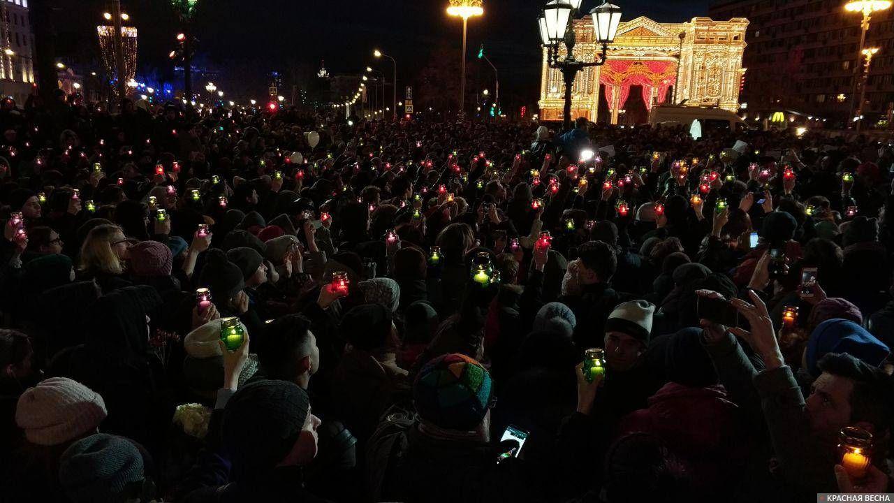 Акция памяти погибших в Кемерово на Пушкинской площади. Москва