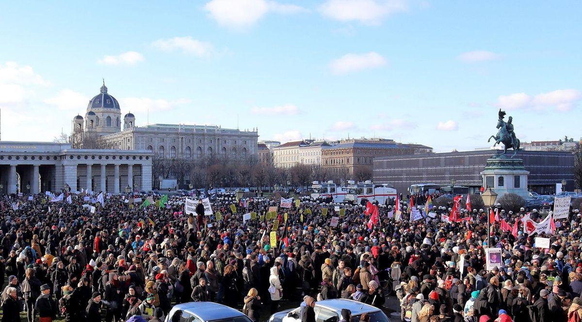 ВВене напротест вышло неменее  20 000 человек