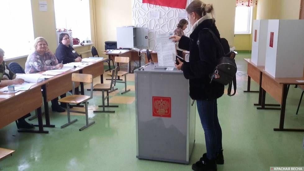 Девушка голосует. Выборы