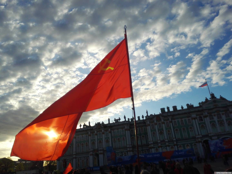 Красное знамя над Зимним дворцом. Санкт-Петербург. 9 мая 2019 года