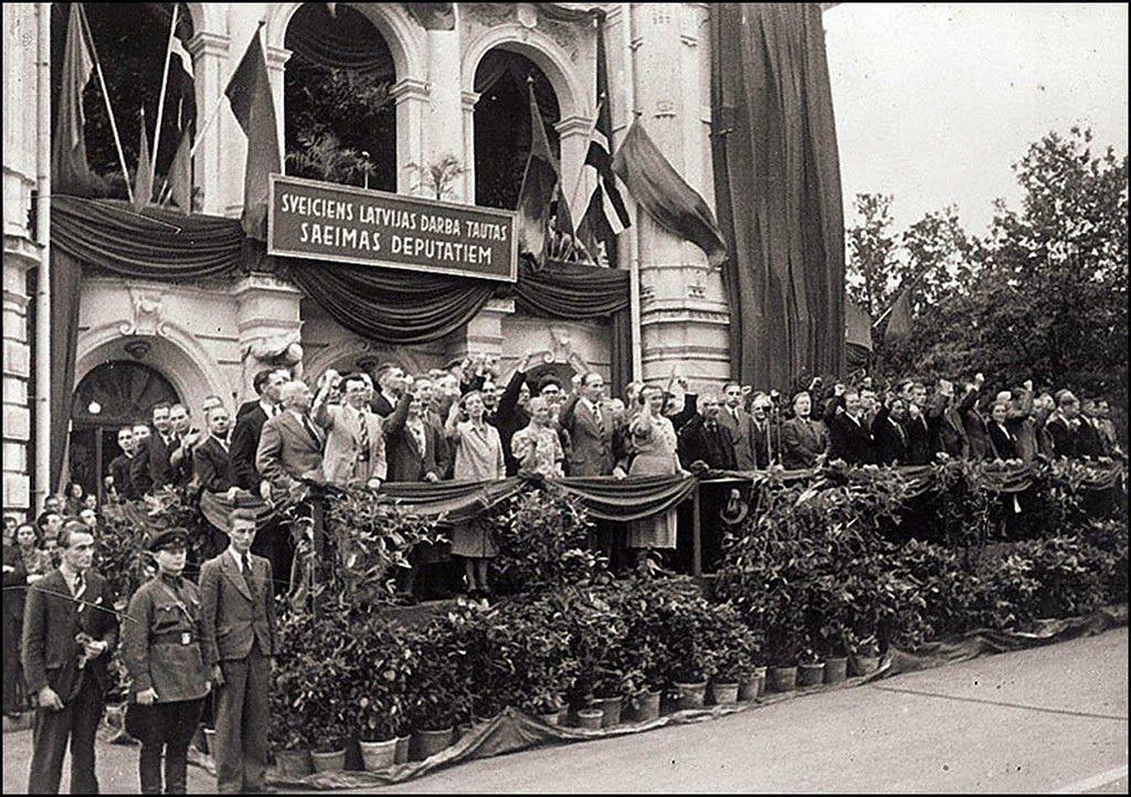 Члены Латвийского народного сейма приветствуют демонстрантов. Рига. 1940 г