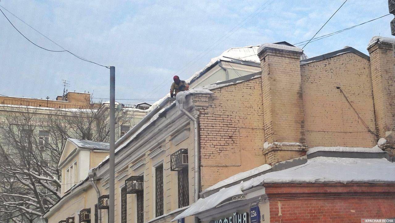 Сбивают сосульки на Новой Басманной. Москва