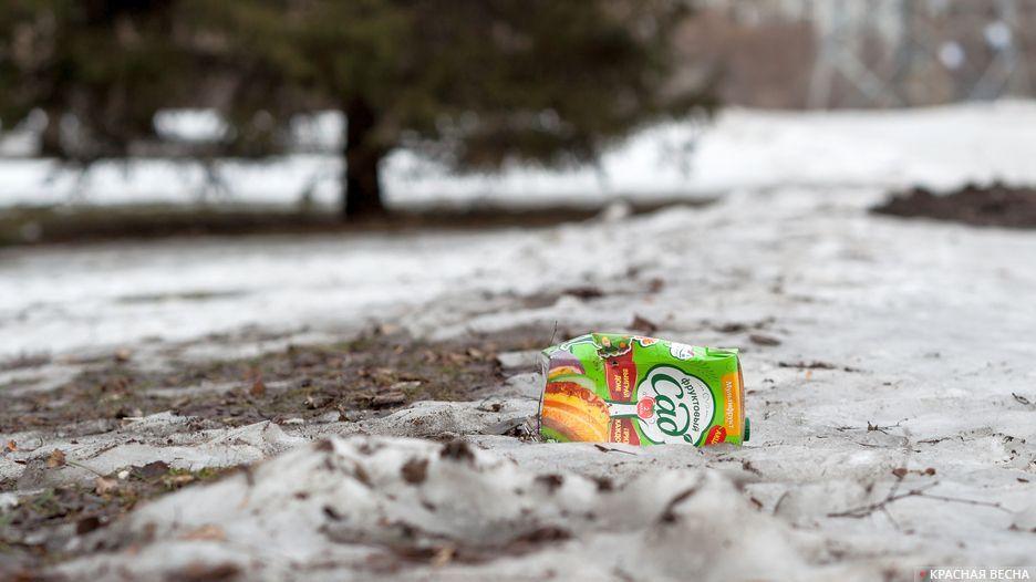 Выброшенный мусор в парке.