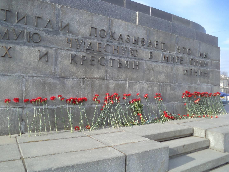 Возложение цветов к памятнику Ленина, Екатеринбург