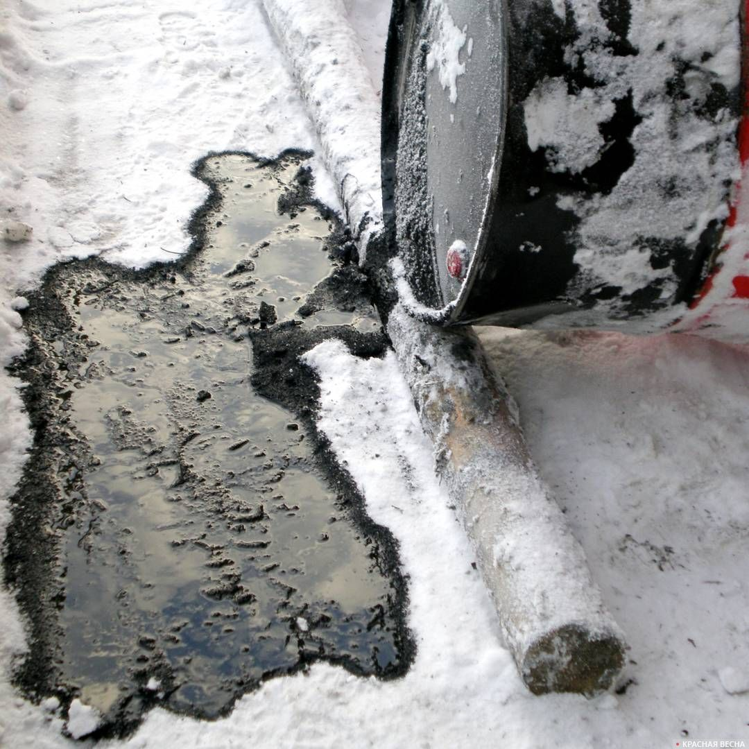 Разлилась нефть на снег.