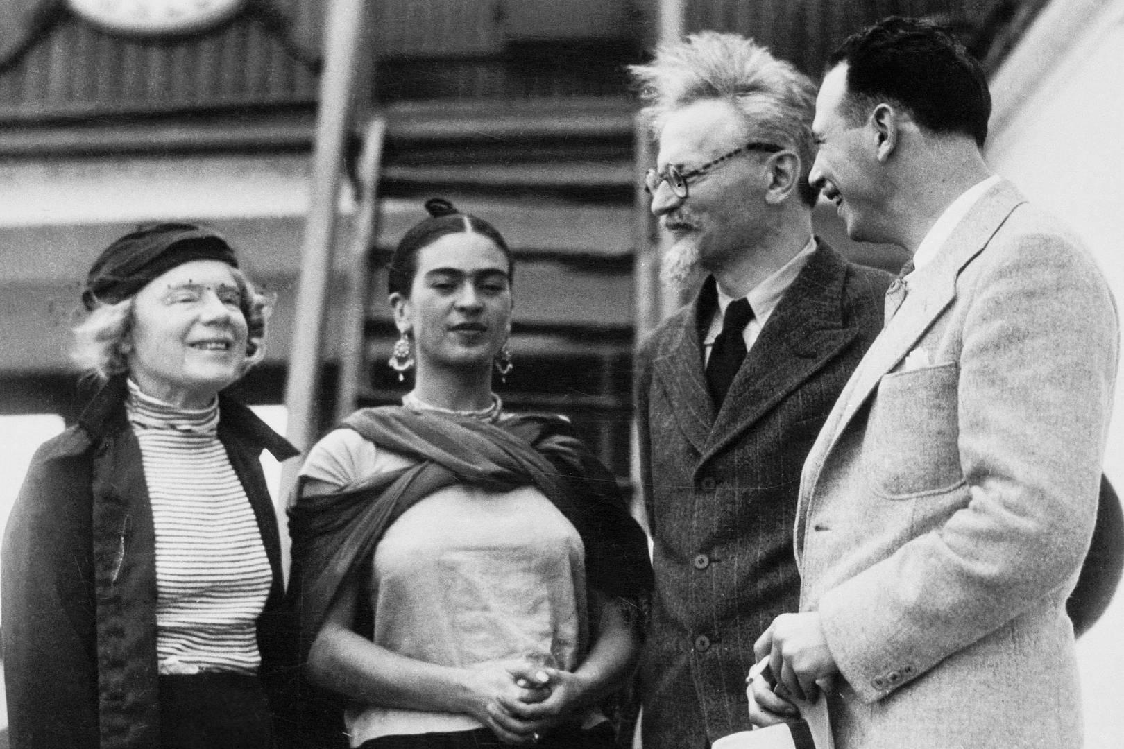 Слева направо — Наталья Седова, Фрида Кало, Лев Троцкий и Макс Шахтман. 1937