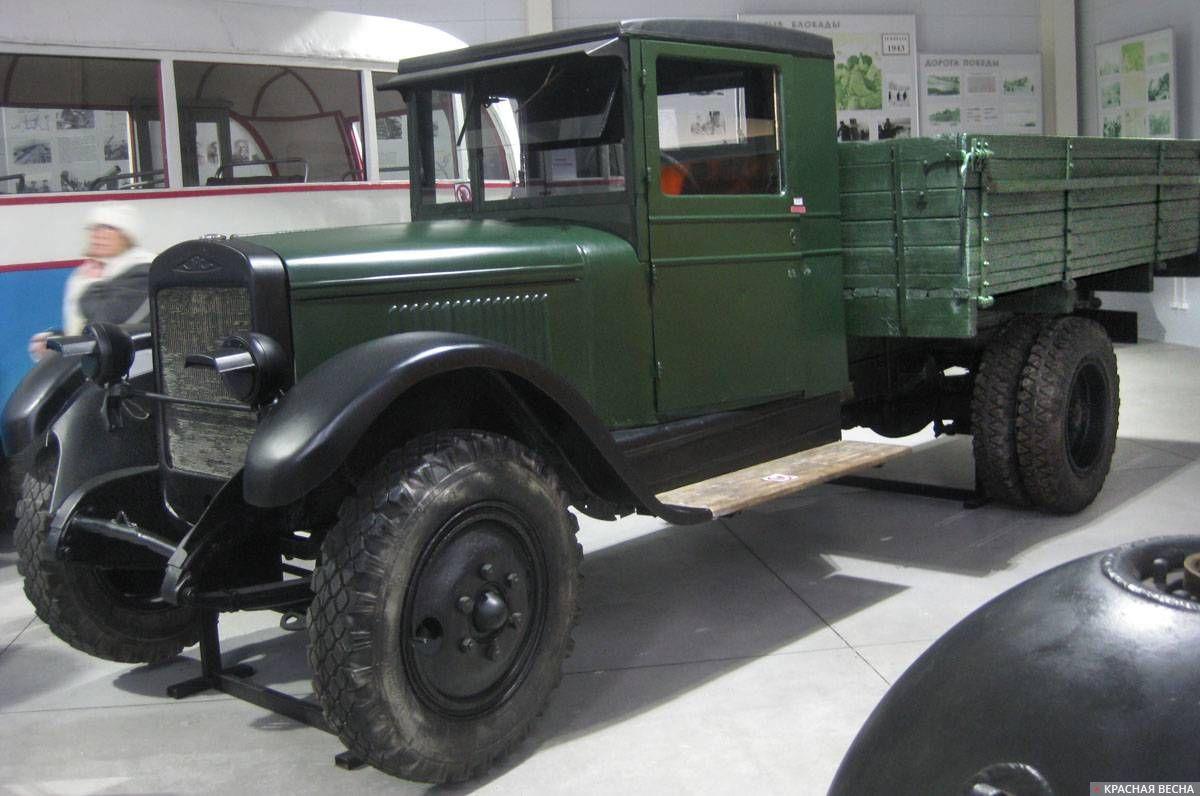 Грузовик ЗИС-5 («трехтонка»), перевозивший грузы и людей по ледовым ладожским трассам во время Великой Отечественной войны