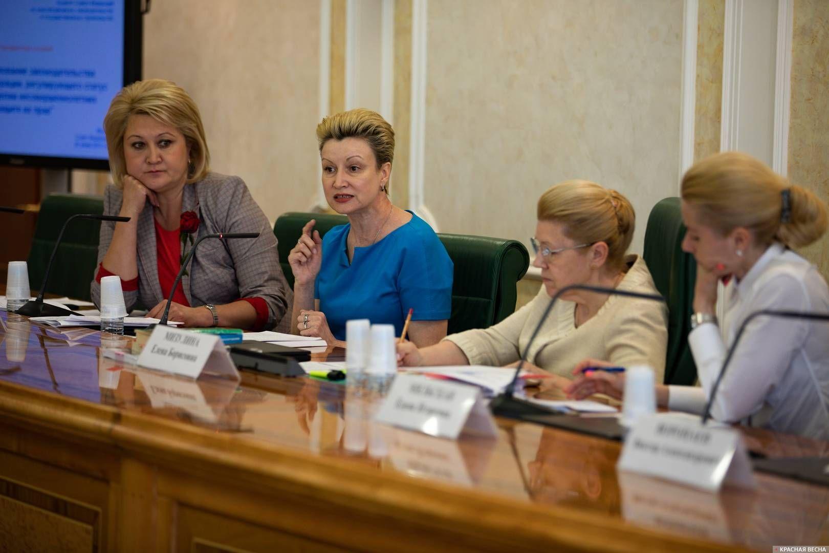 В парламентских слушаниях приняла участие замминистра просвещения России Татьяна Синюгина