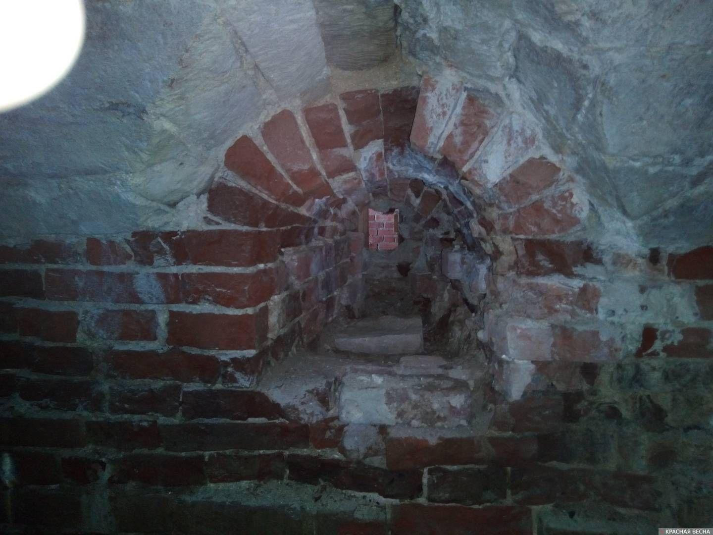 Бойница, выходящая в проход Двинских ворот