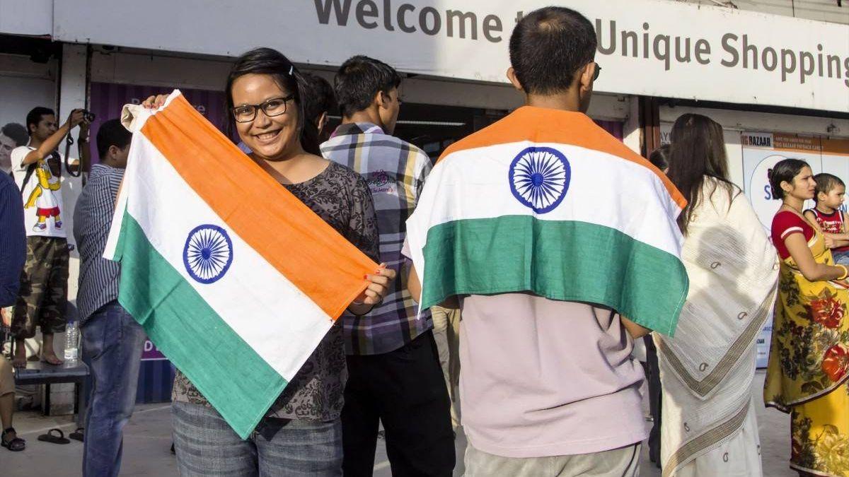 Индийская молодежь с флагами своей страны