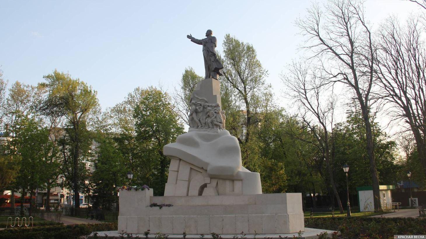 Памятник Ленину после реставрации в «Вишняковском сквере» в Краснодаре