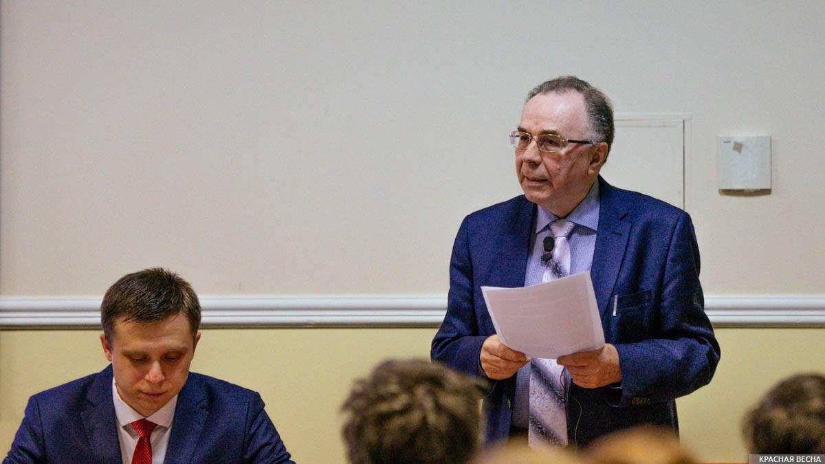 Завершающий доклад делает профессор Виктор Сидоров