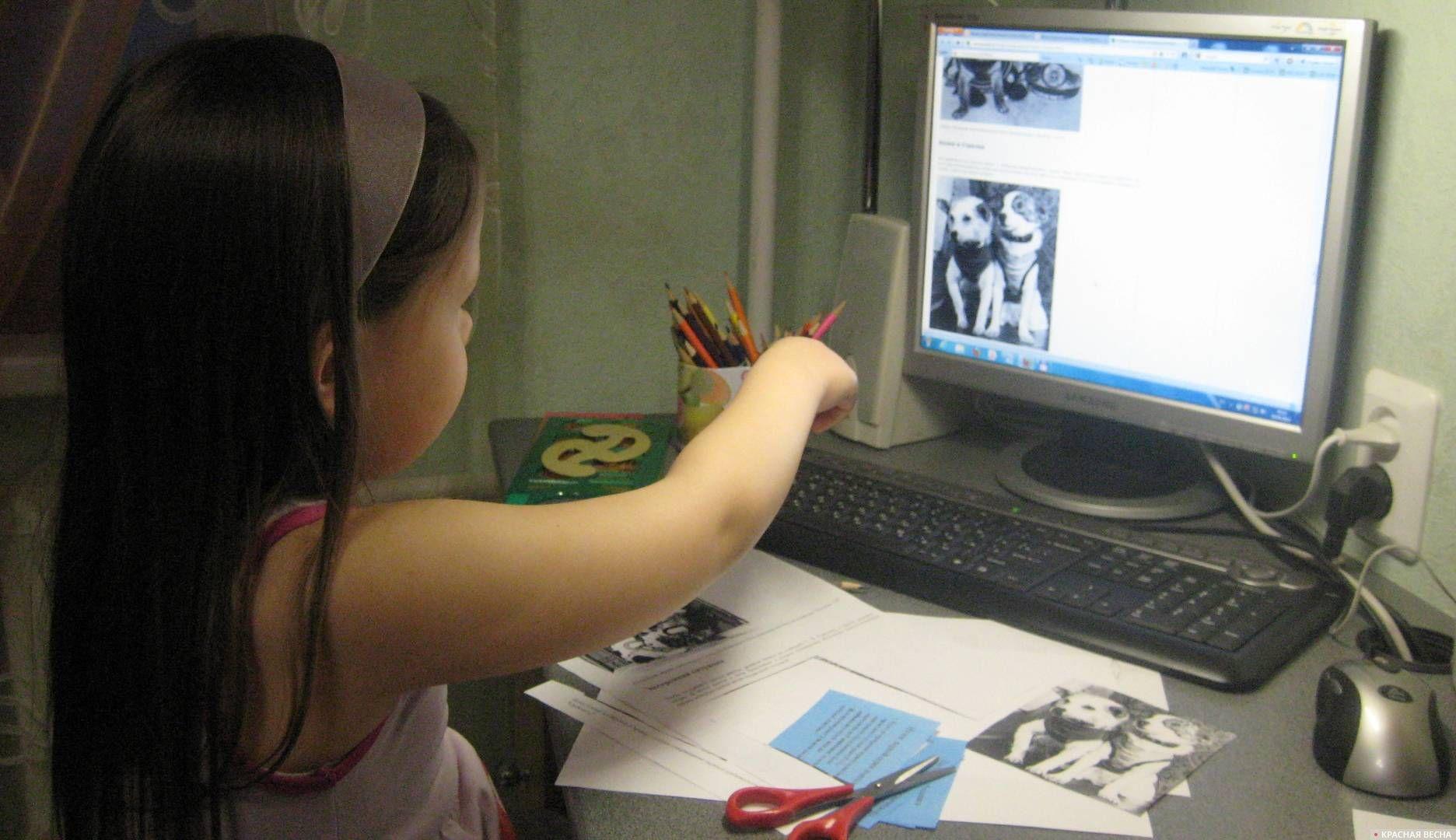 Ребёнок у монитора