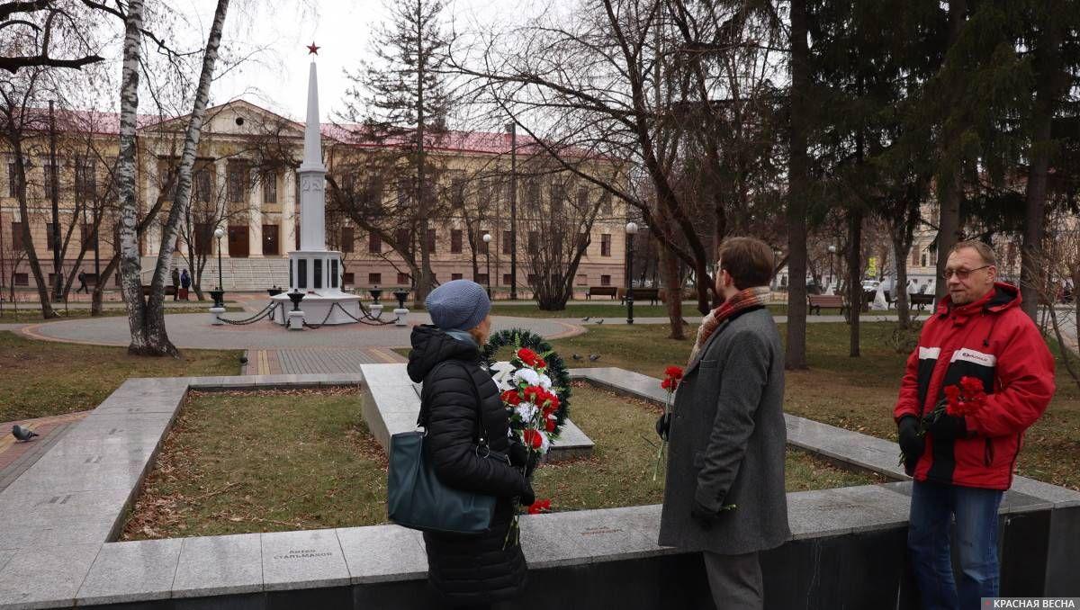 Возложение цветов в Томске к памятнику революционерам