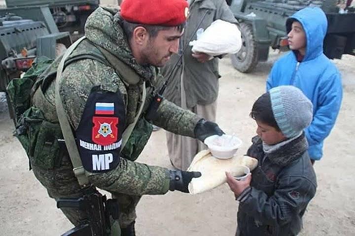 Представители военной полиции РФ раздают гуманитарную помощь в Дамаске