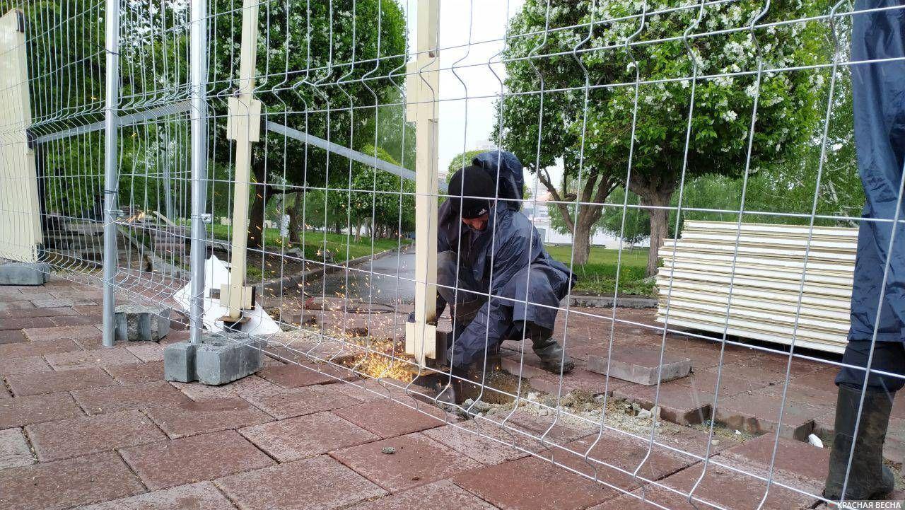 Демонтаж забора в сквере на Октябрьской площади, Екатеринбург