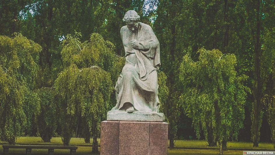 Скорбящая мать. Трептов-парк, Берлин, Германия.