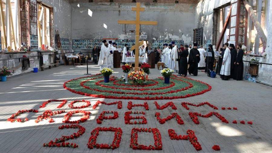 Епископ Владикавказский и Аланский Леонид возглавляет Божественную литургию в стенах школы №1 г. Беслана в 12-ю годовщину террористического акта