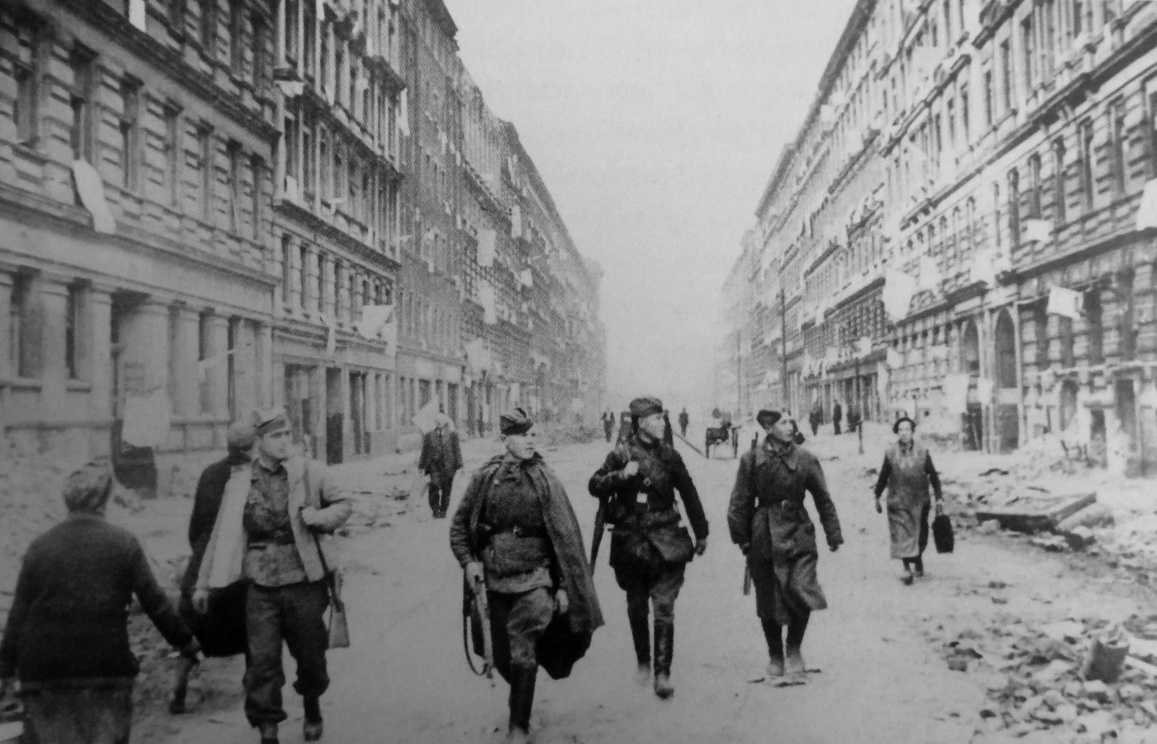 Красноармейцы и местные жители на улице Берлина после боев. Май 1945 г.