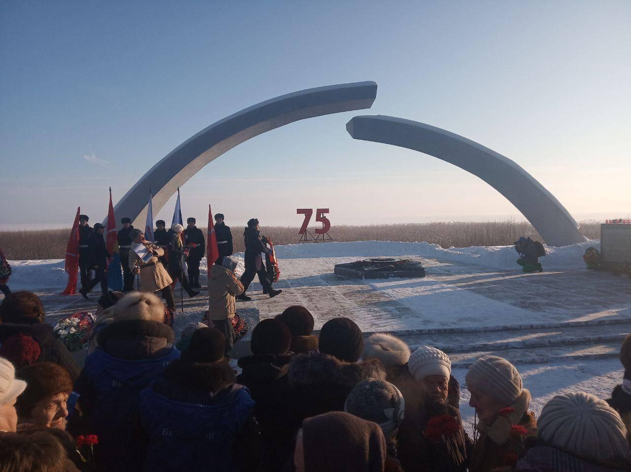 Возложение цветов у памятника «Разорванное кольцо»